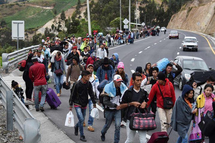 Venezolanische Migranten durchqueren Ecuador auf ihrem Weg nach Peru