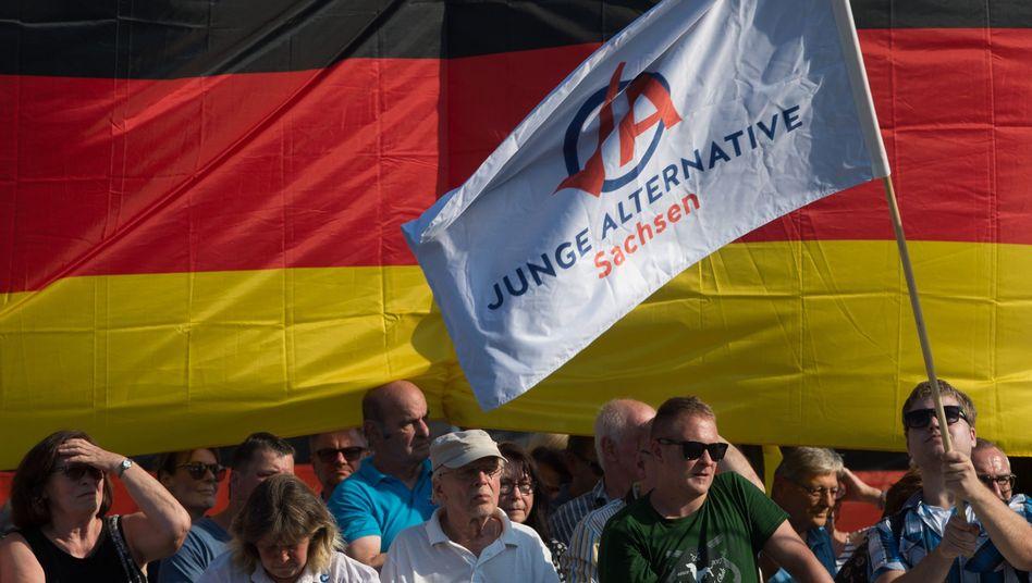 """Anhänger der """"Jungen Alternative"""" bei einer Demo in Dresden (Archiv)"""