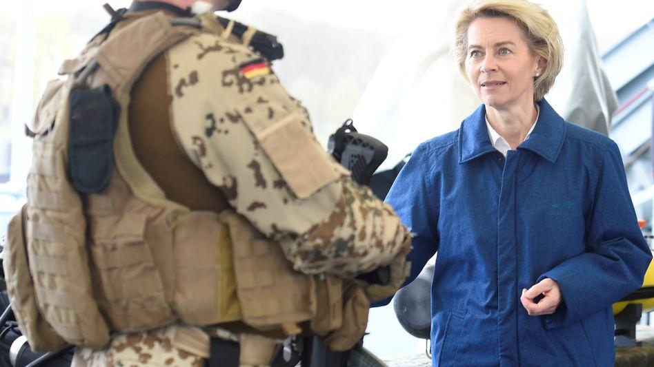 Ursula von der Leyen mit Soldat (Archivbild)