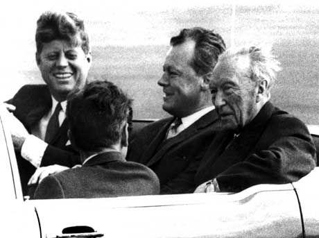 Kennedy 1963 in Berlin (l., mit Brandt und Bundeskanzler Konrad Adenauer): Verständnis für Chruschtschow