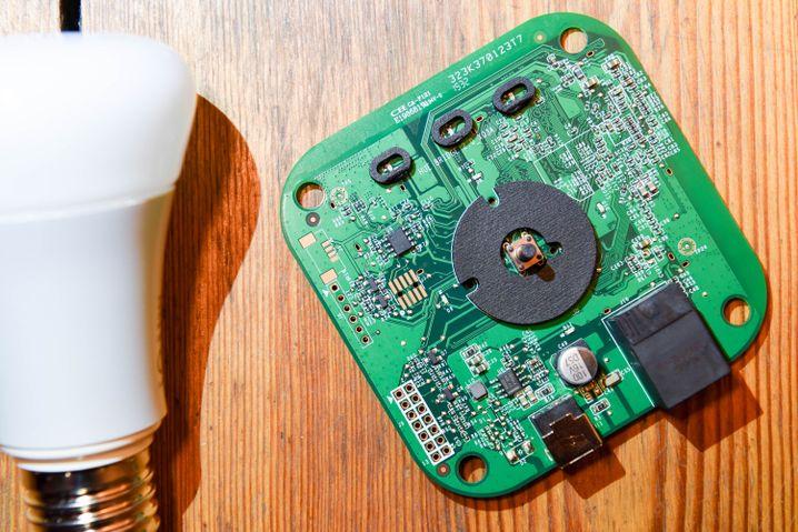 Philips Hue Bridge aufgeschraubt: Zahlreiche Schnittstellen und Testpads laden zum Hacken ein.