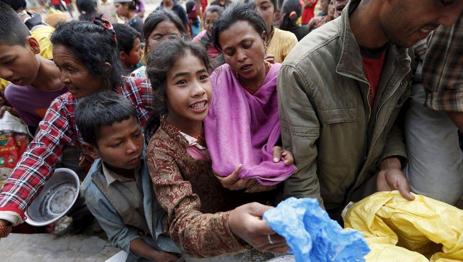 Lebensmittelausgabe in Chautara: Ganze Dörfer profitieren von Überweisungen aus dem Ausland