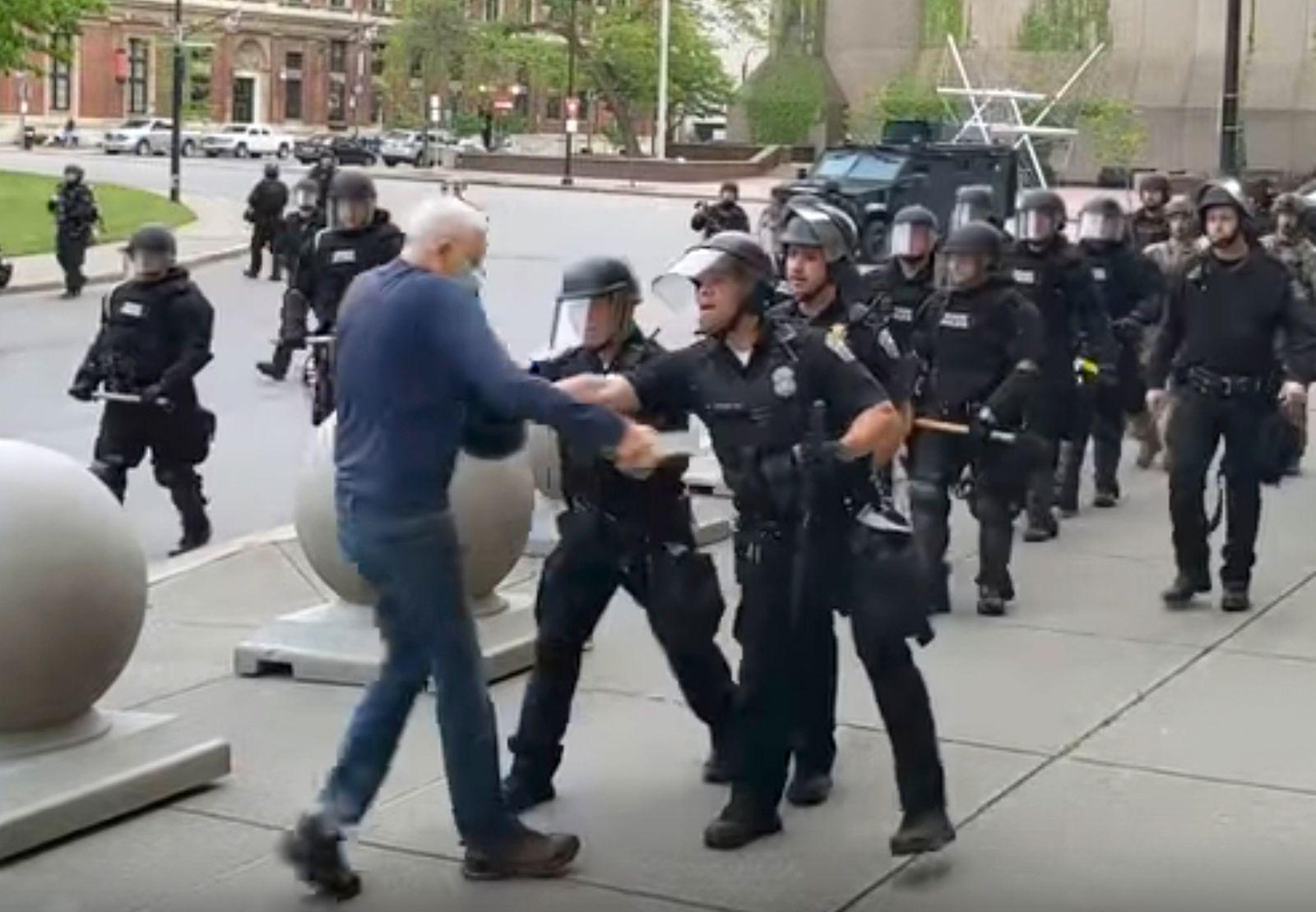 Demonstrant gestoßen und verletzt - Buffalo