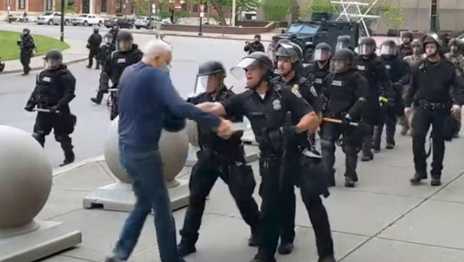 Ausschnitt aus dem Video: Zwei Polizisten schubsen den 75-Jährigen zu Boden