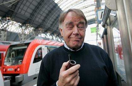 GDL-Chef Schell gibt sich am Frankfurter Hauptbahnhof gut gelaunt