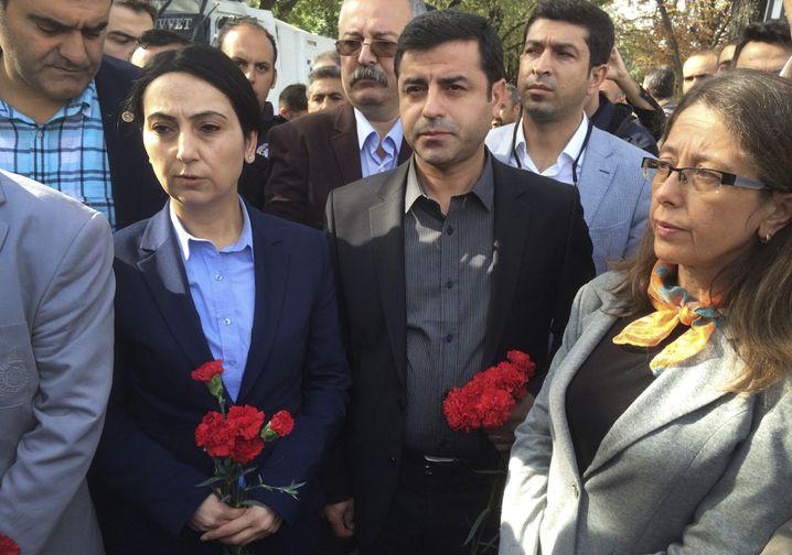 HDP-Chefs Yüksekdag (l.) und Demirtas (M.), 2015