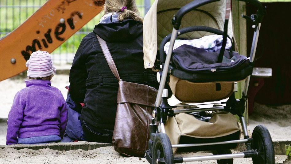 Kind, Mutter mit Kinderwagen in Berlin
