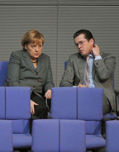 Merkel und zu Guttenberg 2010 im Bundestag: »Mir ist die Kinnlade runtergeklappt«