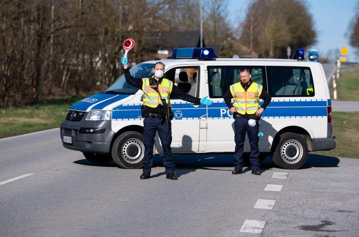 Polizisten stehen in Neuhaus am Inn an einer Kontrollstelle an der Grenze zu Österreich (Archivbild)