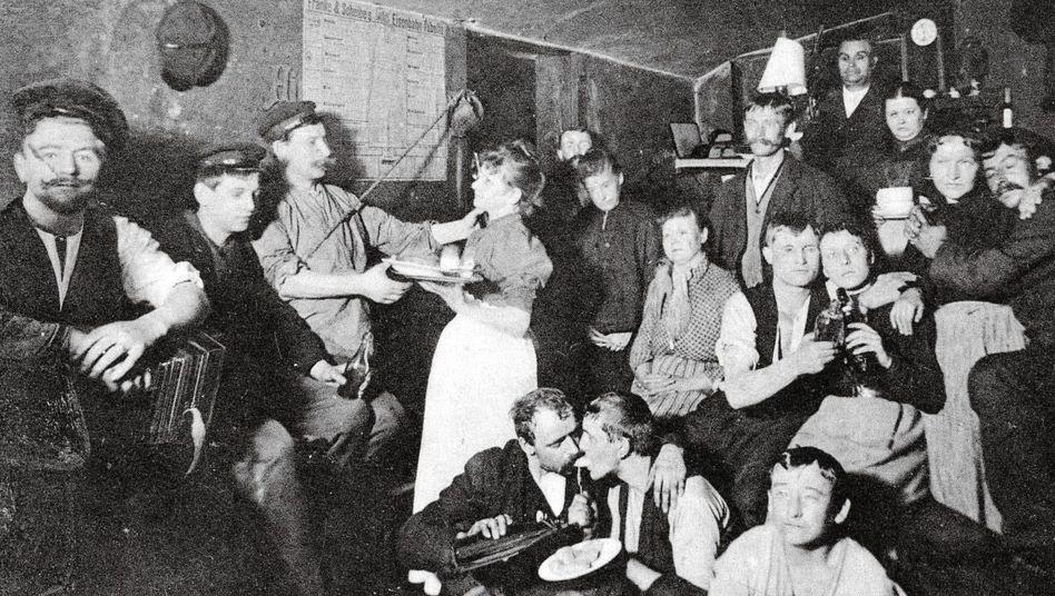Spelunke:Dass Frauen in Kneipen gingen, war eher selten, es kam aber vor, wie hier in Hamburg um 1906