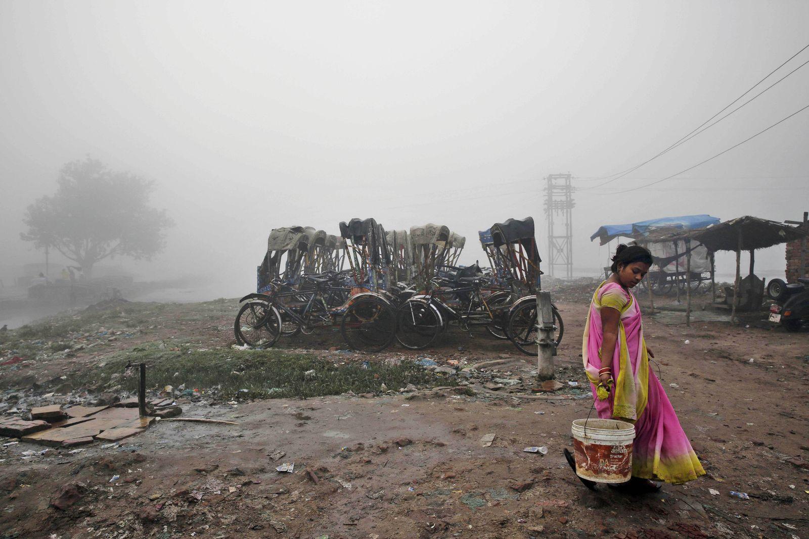 Indien Frau mit Wassereimer