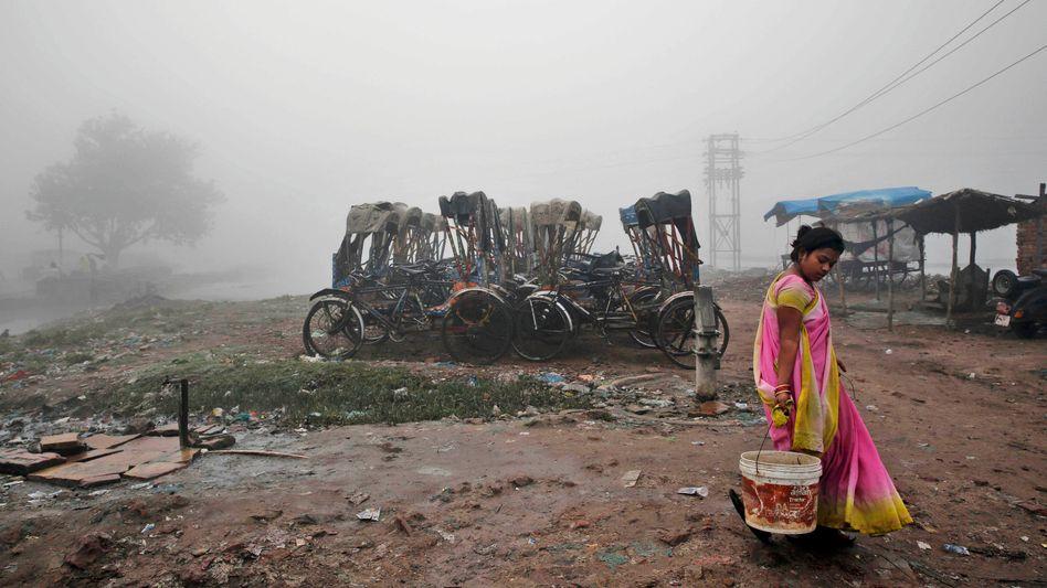 """Frau in Allahabad, Indien: Grenze zum """"extremen Wasserstress"""" in Sicht"""