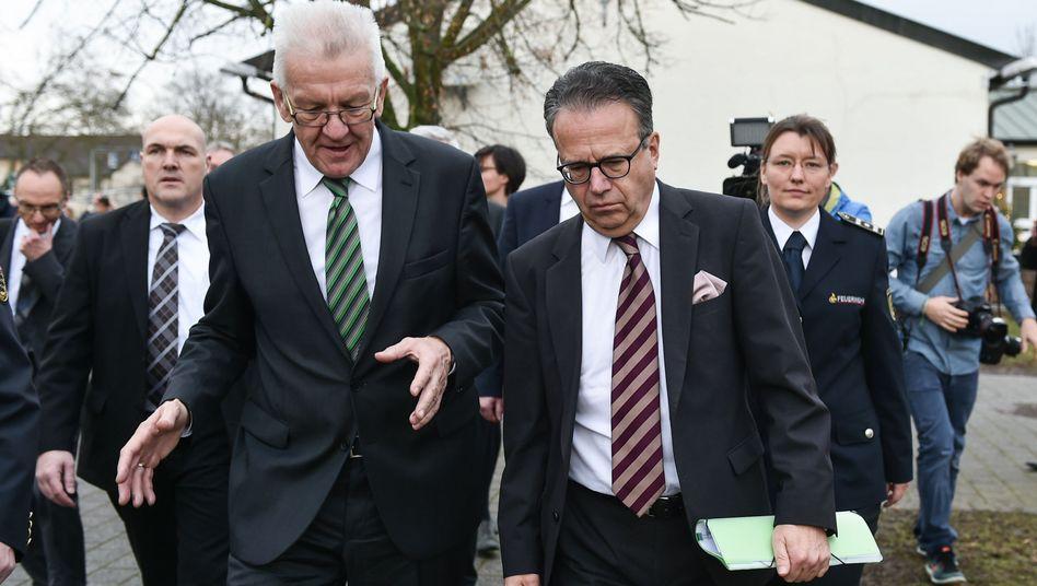 Winfried Kretschmann (l.) und Frank-Jürgen Weise auf dem Gelände des Registrierungszentrums in Heidelberg: Anträge nach Erfolgsaussicht sortieren