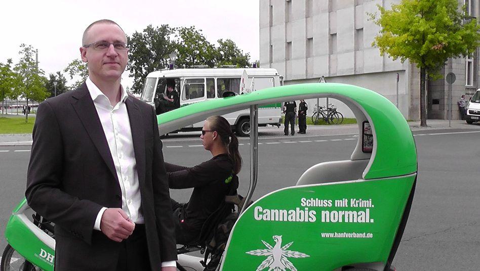 Cannabis-Lobbyist Wurth vor dem Kanzleramt: Merkel will sich dem Thema nochmals öffnen