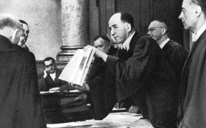 Volksgerichtshof-Präsident Freisler (Mitte) bei der Urteilsverkündung im Prozess gegen die Beteiligten und Mitwisser des Attentats vom 20. Juli