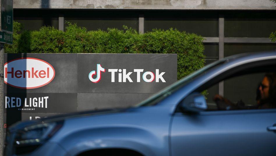 Ein Auto fährt an einem TikTok-Büro in Los Angeles vorbei