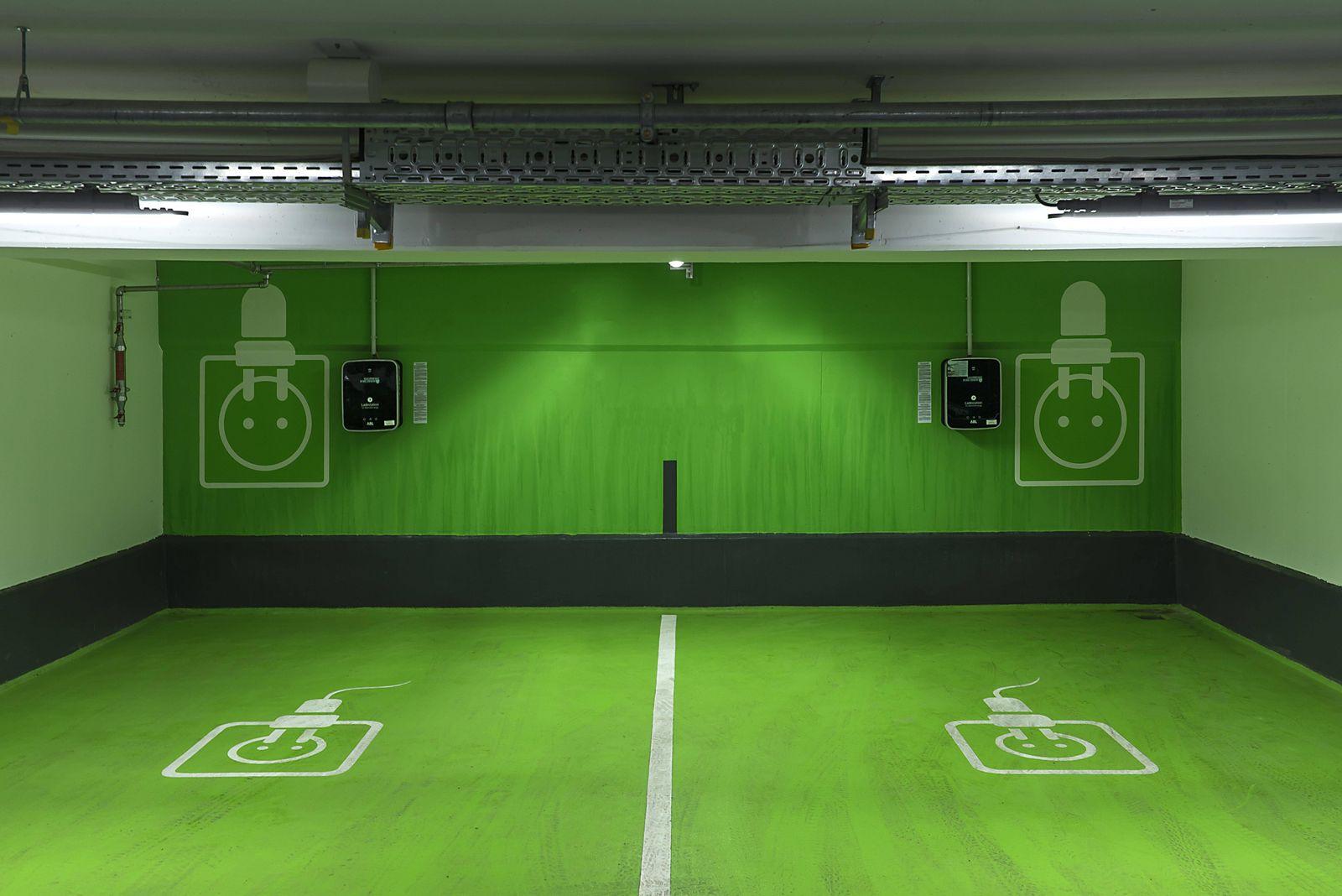 Zwei Elektrotankstellen in einer Tiefgarage Bayern Deutschland Europa *** Two electric filling st