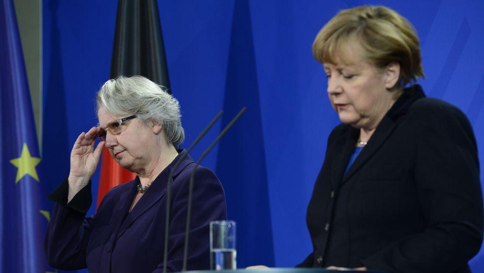 """Ministerin Schavan (l.), Kanzlerin Merkel: """"Außerordentliche Leistung"""""""