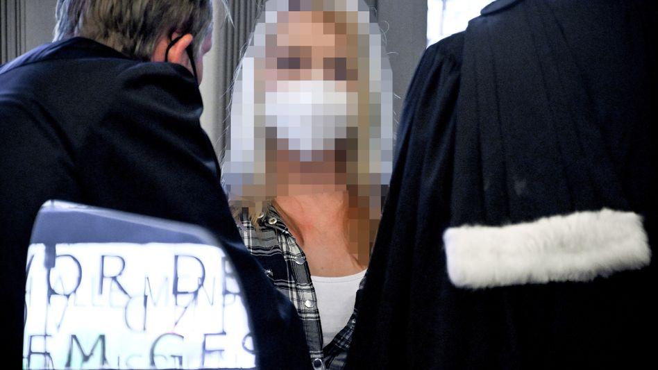 Die Angeklagte vor dem Landgericht Wuppertal