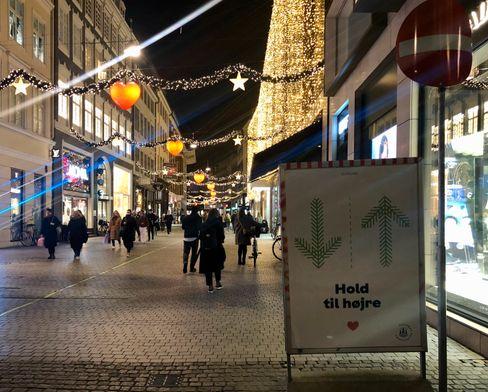 Fußgängertrennnung in einer Einkaufsstraße in Kopenhagen: Schließung aller nicht lebensnotwendigen Geschäfte über die Weihnachtstage