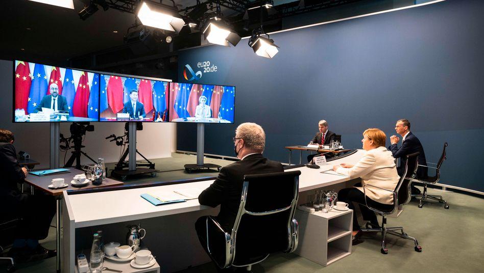 Bundeskanzlerin Angela Merkel Mitte September in einer Videokonferenz mit EU-Ratspräsident Charles Michel, Chinas Staatspräsident Xi Jinping und EU-Kommissionspräsidentin Ursula von der Leyen: EU will Verbindungen besser gegen Abhören schützen