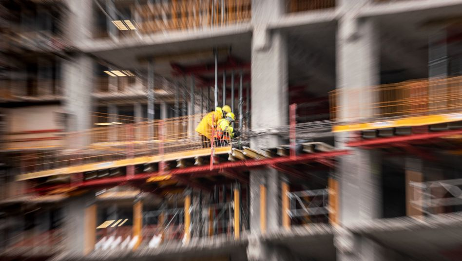 Zwei Bauarbeiter auf einer Großbaustelle in Offenbach