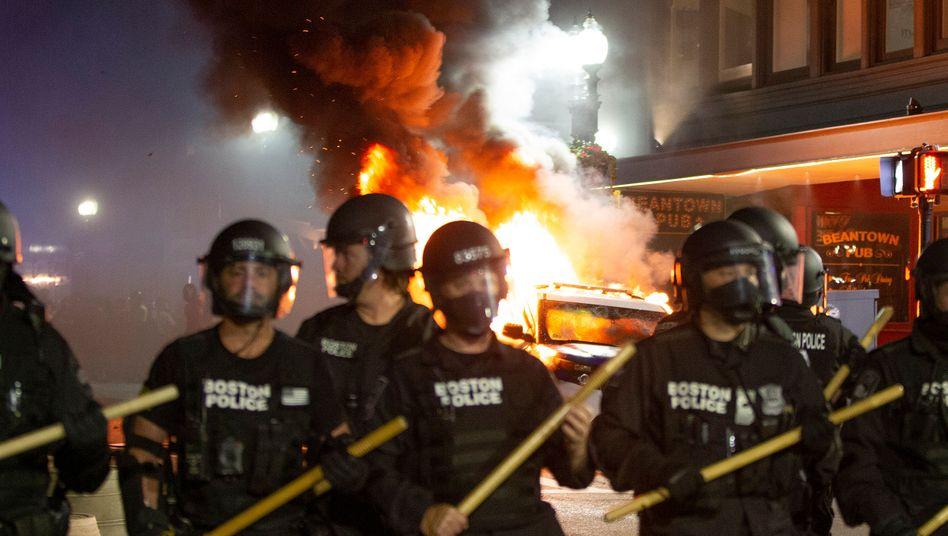 Polizisten im Einsatz in Boston: Im ganzen Land kommt es zu Ausschreitungen