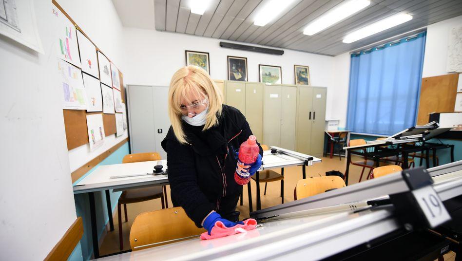 Desinfektion im Klassenzimmer: Reinigungskraft in einer Schule in Turin