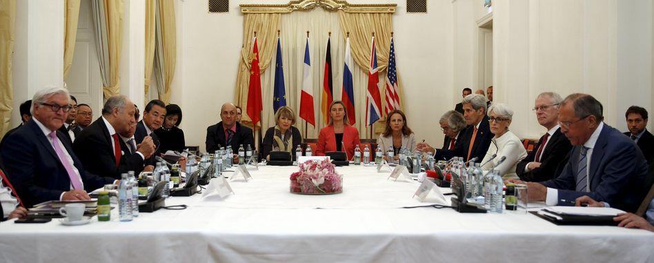 Außenminister Steinmeier (l.), mit seinen Kollegen Fabius (2. v. l.), Wang Yi (3. v. l.), Mogherini (m.), Kerry (4.r.) und Lawrow (r.): Nach 13 Jahren Streit Einigung