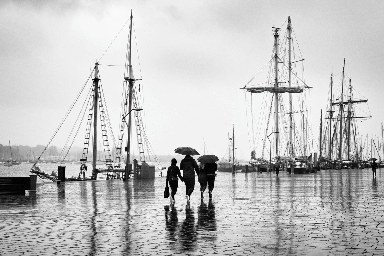 Schiffsmasten im Hafen