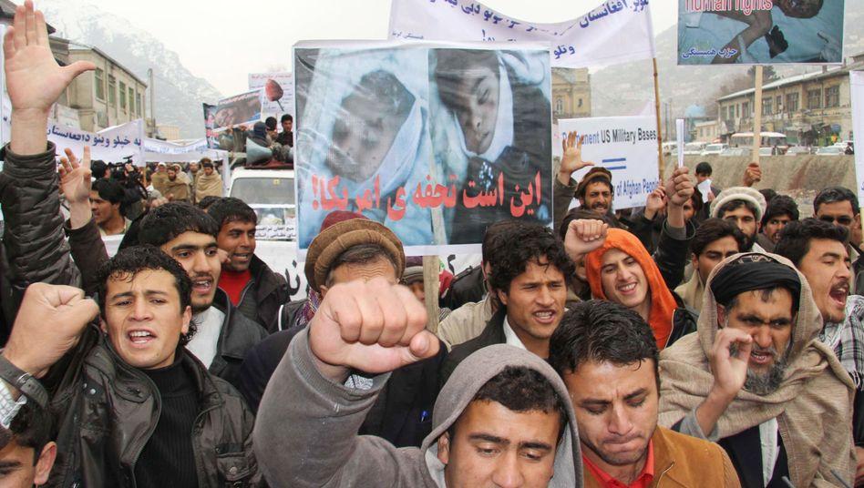 Demonstranten in Kabul mit Bildern der toten Kinder: Wut auf die Isaf