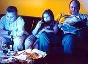 Eltern sind Vorbild: Wenn sie zu viel essen und zu viel fernsehen, tun Kinder das auch