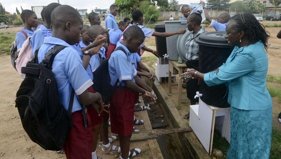 Aufklärung im Kampf gegen Ebola: Lehrer in Lagos erklären den Schülern, wie man sich richtig die Hände wäscht