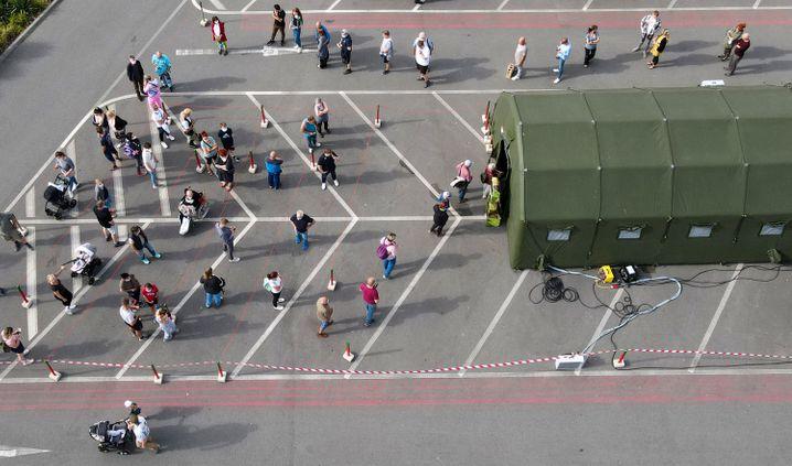Auf dem Parkplatz von Karls Erlebnis-Dorf haben sich Impfinteressierte vor einem Zelt der Bundeswehr zu einem Impftag eingefunden