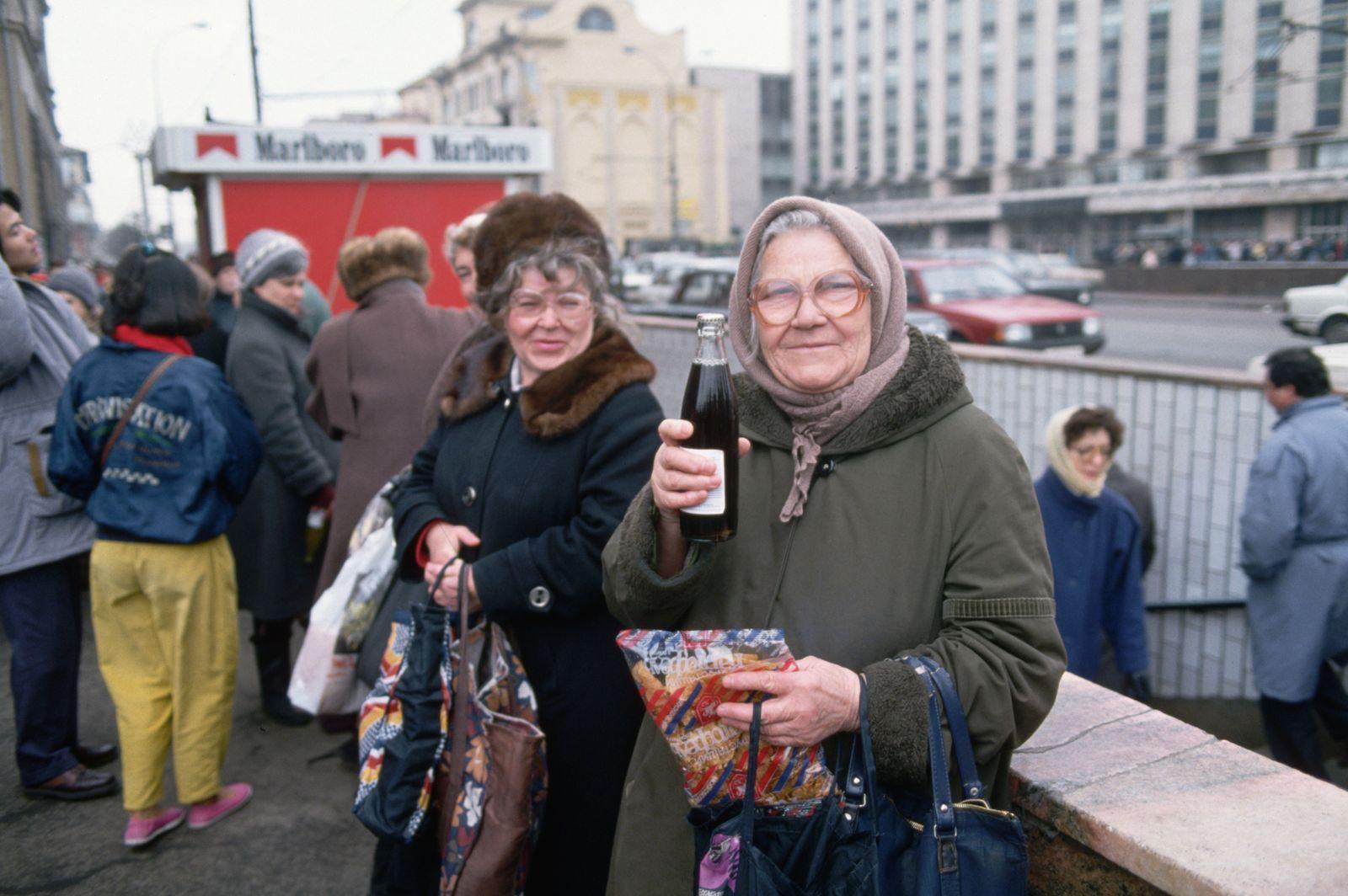Pepsi Kriegsflotte - Woman Holding up Cola Drink