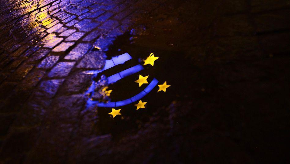 Gespiegeltes Euro-Symbol vor der EZB-Zentrale: Eine noch so teure Rettung das kleine Übel