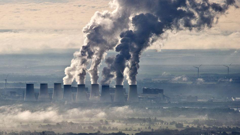 Kühltürme des Braunkohlekraftwerks im südbrandenburgischen Jänschwalde