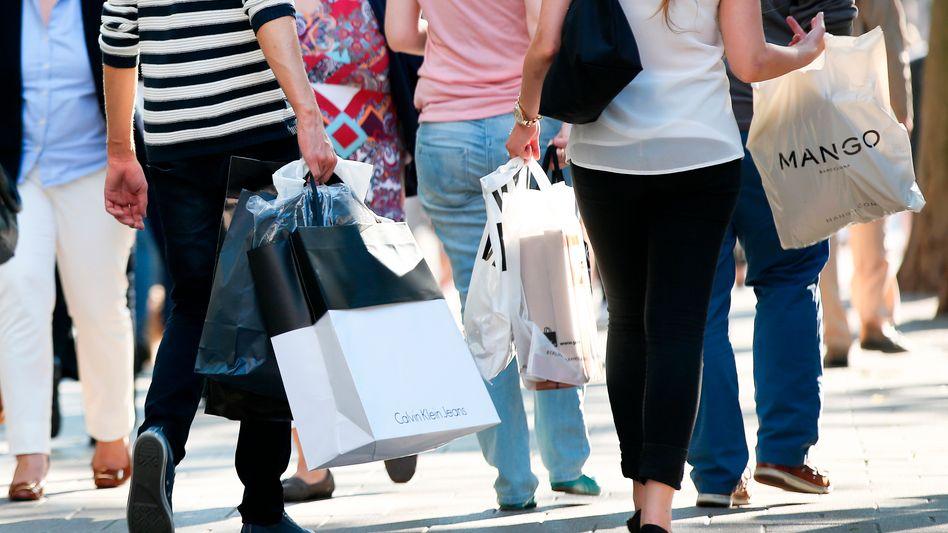 Käufer in der Hamburger Innenstadt: Volle Tüten