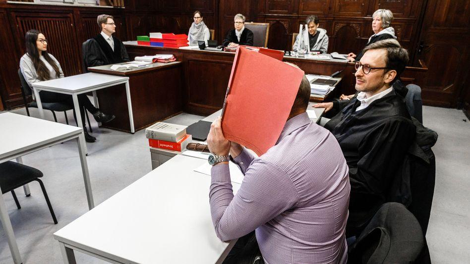 Der Angeklagte neben seinem Anwalt Oliver Klostermann im Amtsgericht Altona (Archiv)