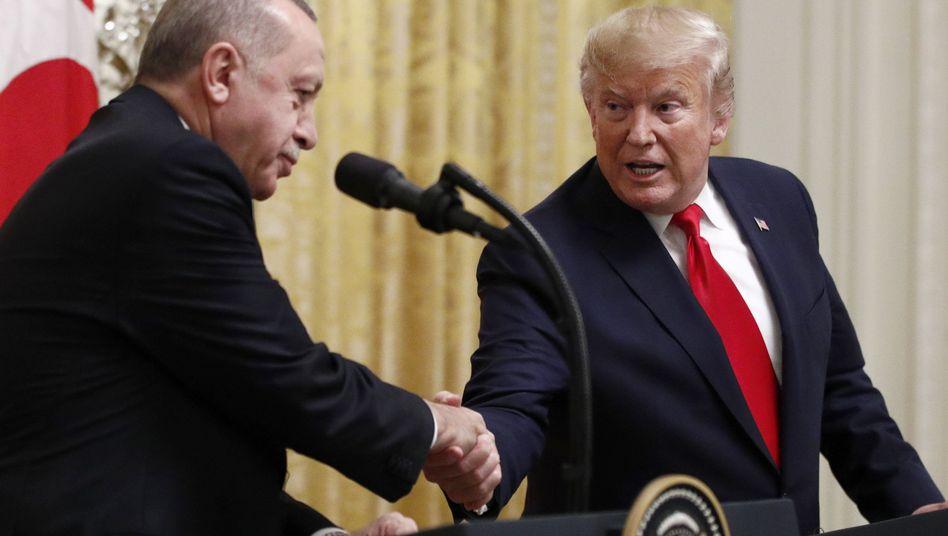Donald Trump sagte Recep Tayyip Erdogan, dass eine ausländische Einmischung die Lage in Libyen komplizierter mache