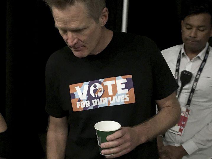 """Steve Kerr, Trainer der Golden State Warriors, mit einem """"Vote for our Lives""""-Shirt"""