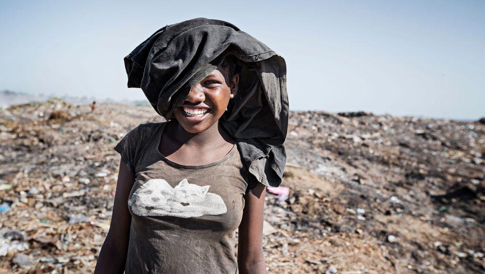 Junge Frau auf einer Müllkippe in Madagaskar, auf der die Welthungerhilfe Abfall beseitigt