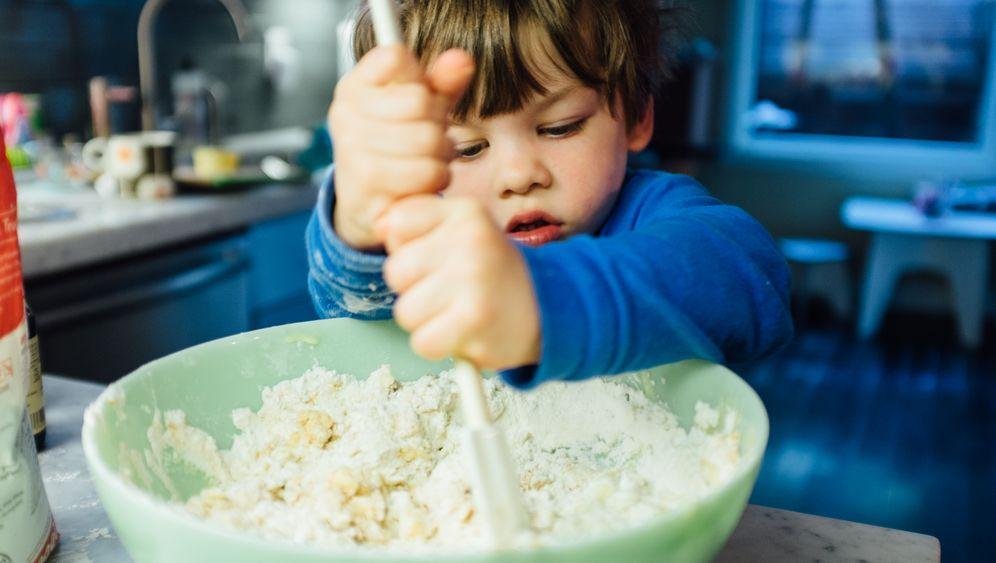 Kleine Küchenhelfer: Zehn Spiel-Ideen für Ihre Kinder