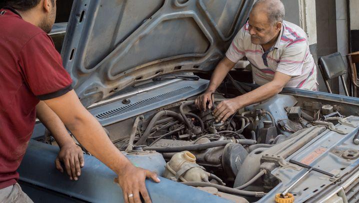 Blinder Automechaniker: Reparatur mit viel Gefühl