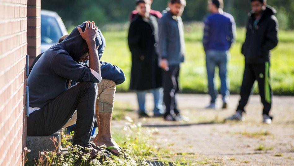 Ein Flüchtling vor einer Notunterkunft bei Schwerin: Die meisten haben Gewalt erlebt