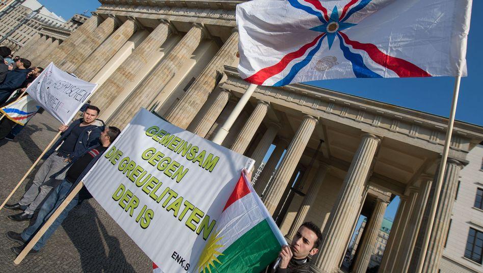 Mahnwache in Berlin: Mindestens 200 Christen sind noch in IS-Gefangenschaft
