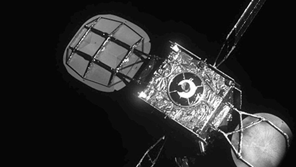Blick vom Satelliten MEV-1 auf den fast spritleeren Satelliten Intelsat 901: Fünf zusätzliche Jahre Betriebszeit