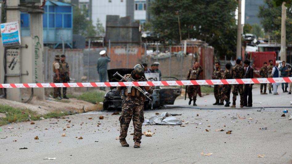 Nahe dem Präsidentenpalast in Kabul: Sicherheitskräfte sichern nach einer Raketenexplosion das Gebiet