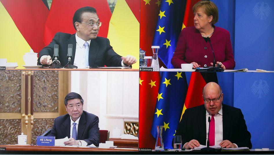 Schalte zwischen Berlin und Beijing: Bundeskanzlerin Angela Merkel und Bundeswirtschaftsminister Peter Altmaier (beide CDU – rechts) im Gespräch mit dem chinesischen Premier Li Keqiang (oben links) und dem Vorsitzenden der Nationalen Entwicklungs- und Reformkommission Chinas (NDRC), He Lifeng