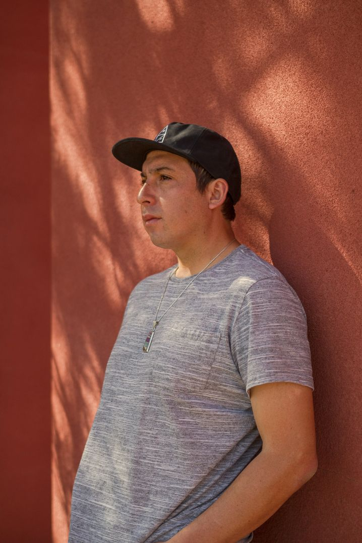 "Tommy Orange, Autor des Romans ""Dort, dort"", am Indian American Institute of Art in Santa Fe in New Mexico, wo er unterrichtet"